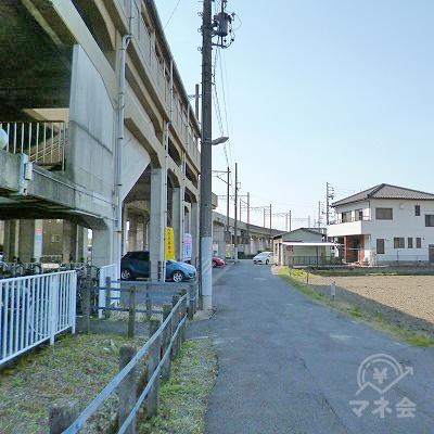 線路沿いを70mほど歩きます。