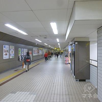改札を出たら右折、地下通路を歩き、2番出口に向かいます。
