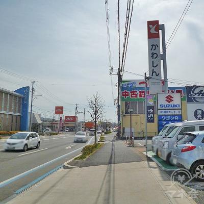 大通り沿いを約400m歩きます。