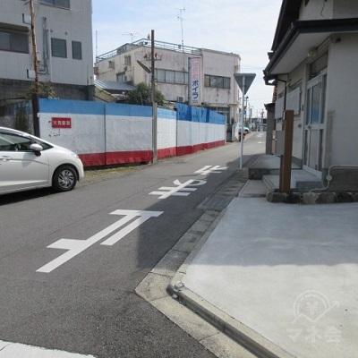 右手に青白赤の塀がある場所で右に曲がります。