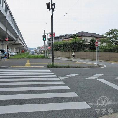 正面の横断歩道(3つ目)を横断後、右側の横断歩道(4つ目)を渡ります。