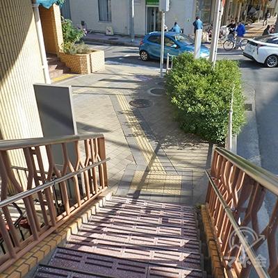 階段を降りたら、正面にある横断歩道を渡ります。
