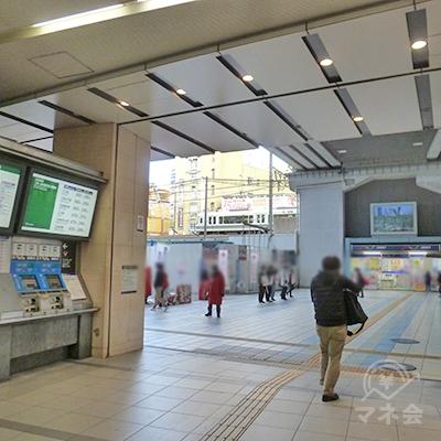 京阪電車の切符売り場前を過ぎたら、駅ビルを出て左折します。