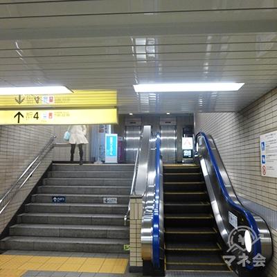 東西線改札を抜けて4番出口を地上に上がります。