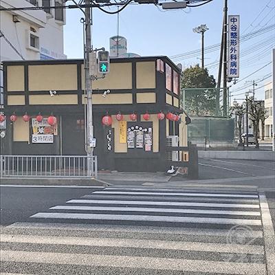 東加古川駅前交差点を、焼き鳥店の方へ渡ります。