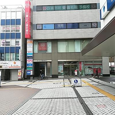 三菱UFJ 信託銀行が正面に来たら左へ曲がり進みます。