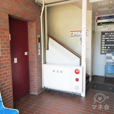 エレベーター又は階段で4階へ上がります。
