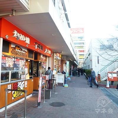 駅を出て左折します。たい焼き屋、宝くじ売り場のある方へ直進。