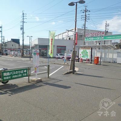 改札を抜けたら、駅前ロータリーを右側から回り込んで進みます。