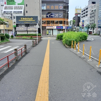 横断歩道を渡ると歩道があるのでそのまま進みます。
