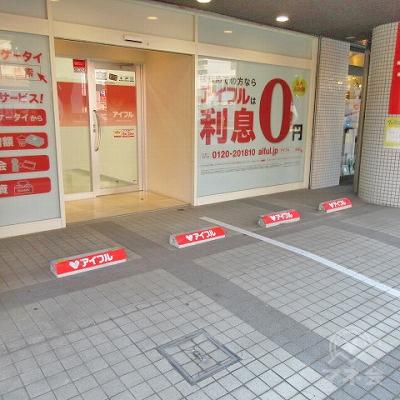 店舗前に専用の駐車スペースがあります。