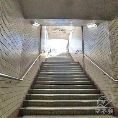 道なりに、通路・階段を上がって地上に出ます。