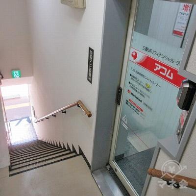 階段を上がって左側にあります。上がってきた階段の様子です。