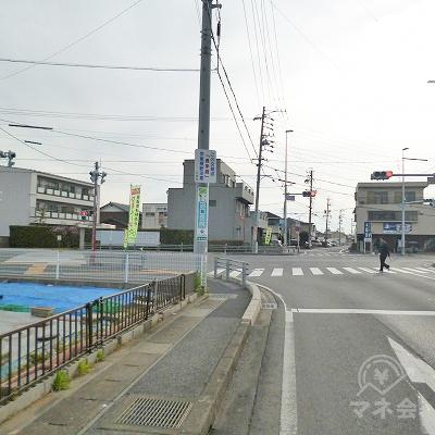 大垣共立銀行の先の交差点を左折してください。