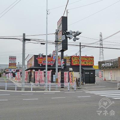 大通り沿いを200m進み、焼肉「ほるたん屋」の交差点を右折します。