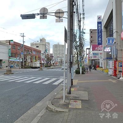 信号と横断歩道があります。左折し、横断歩道を渡ります。