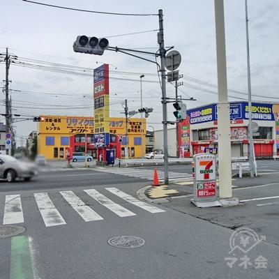 右手にセブンイレブンのある交差点まで来たら渡らず止まります。