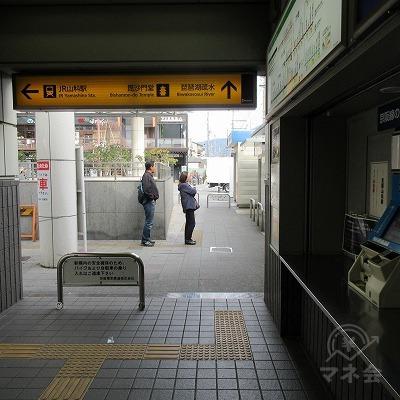切符売場を右手に直進します。