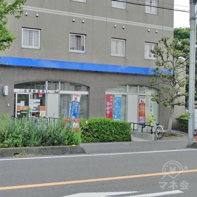 途中左手に郵便局が見えてきます。