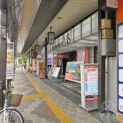 堺東駅前降り場のバス停前に、目的地建物があります。