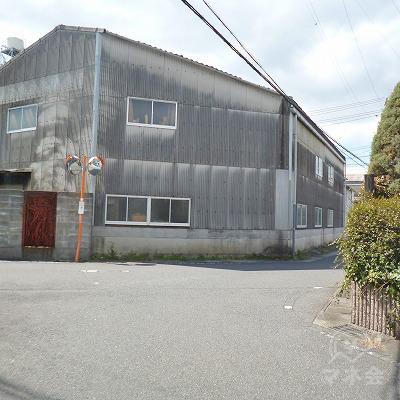 100mほど歩き、正面に工場がある三叉路を右へ進みます。
