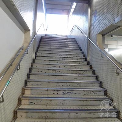 右手前、Uターンする方向の階段を上がります。