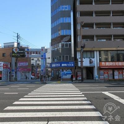 横断歩道(良和ハウス側)を渡り、右へ進みます。