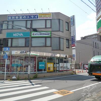 NOVAがある交差点を右折してください。