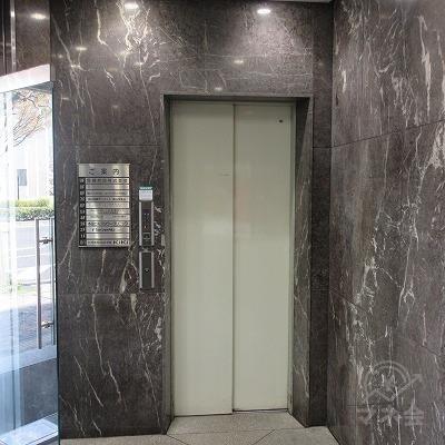 建物入口から入り左側にエレベーターがあります。