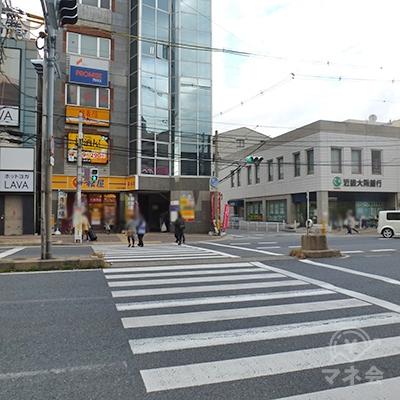 横断歩道を渡ると、真正面のビル(松屋の右)にプロミスがあります。