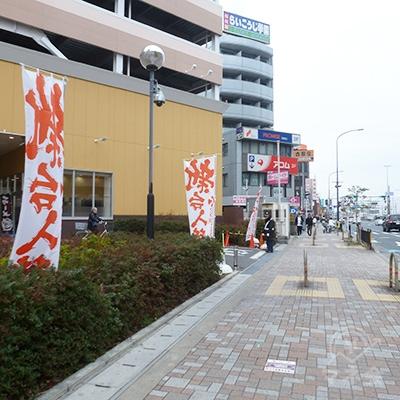 パチンコ店を過ぎると、その右のビルにアコム店舗があります。