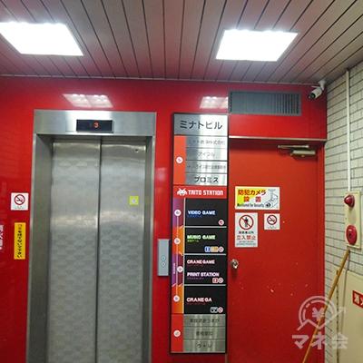 エレベーターです。路地側からも入れます。店舗は5Fです。