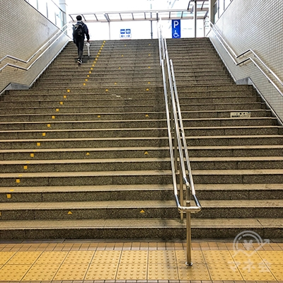 地上への階段を上って、右折します。
