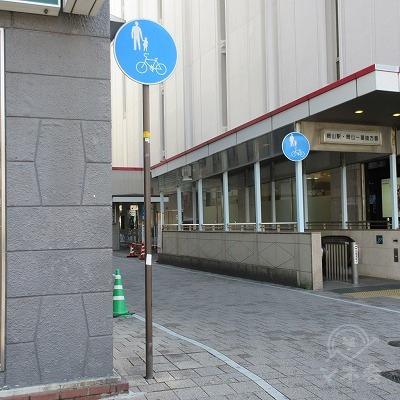 サカエ薬局の建物を超えてすぐに、左へ曲がります。