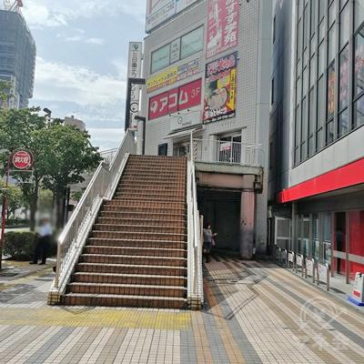 上方にアコムの看板があります。階段を上りましょう。