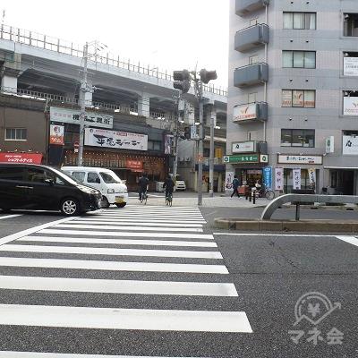 1番出口の正面にある横断歩道を渡ります。