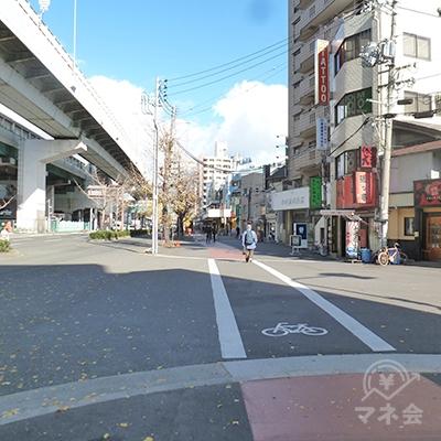 歩道を左手に進みます(左に車道・阪神高速が見える方向)。
