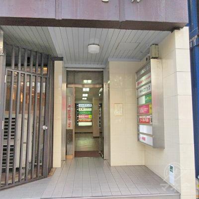 先の看板がある建物入口です。