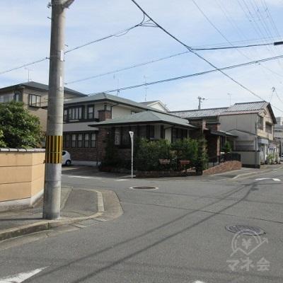 オレンジ薬局の十字路を左へ曲がります。