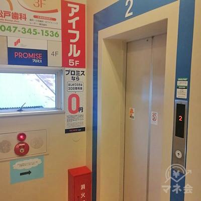 上った先にあるエレベーターで5階に行きましょう。