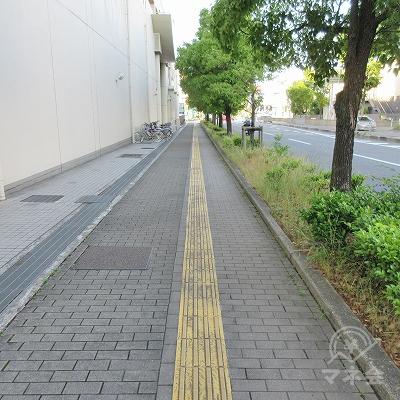 河内長野警察署前交差点を横断したら右へ曲がり、約400m直進します。