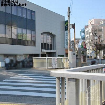 横断歩道を渡り、三井住友銀行の方向に進みます。