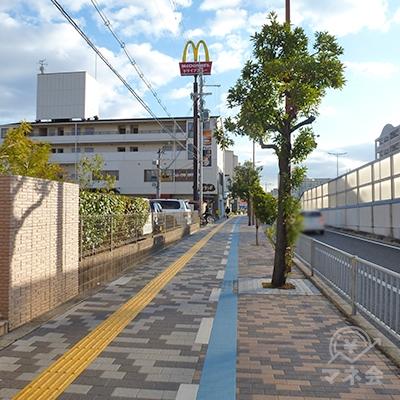 歩道を進みます。店舗までは100m程度の距離です。