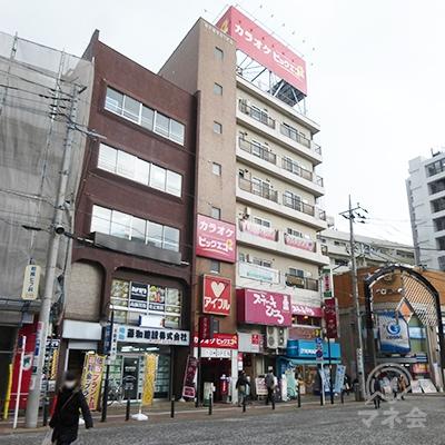 駅前広場の左手にアイフルの看板が見えます。ビル入口は看板の右側です。