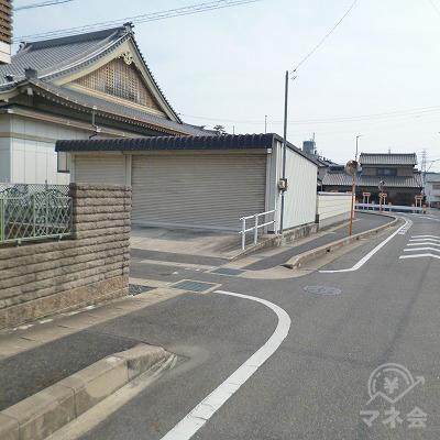 マンションの先の細い路地を左折してください。