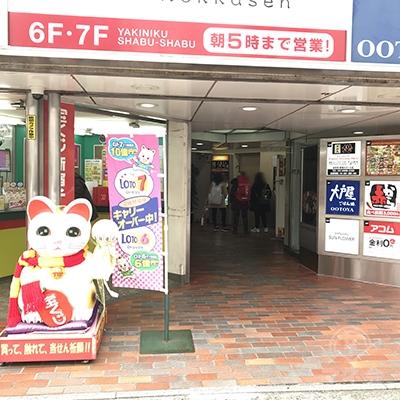 宝くじ売り場の右側にエレベーター乗り場があります。