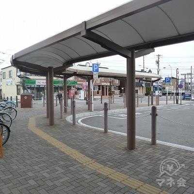 外に出たら、駅前ロータリーを左側から回り込んで進みます。