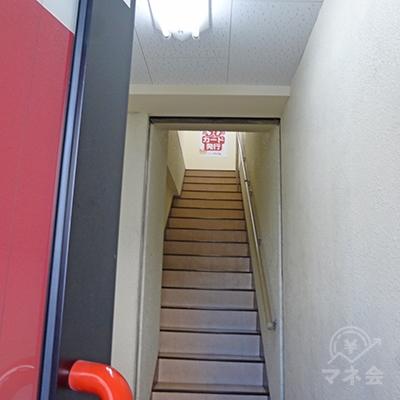 扉を開けると階段です。2階へどうぞ。