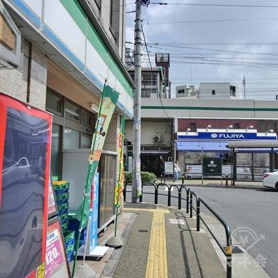 そのままファミリーマートを左に店舗沿いに進みます。