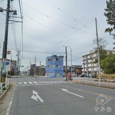 青い3階建てのビルがある「市役所南」の交差点を右折します。